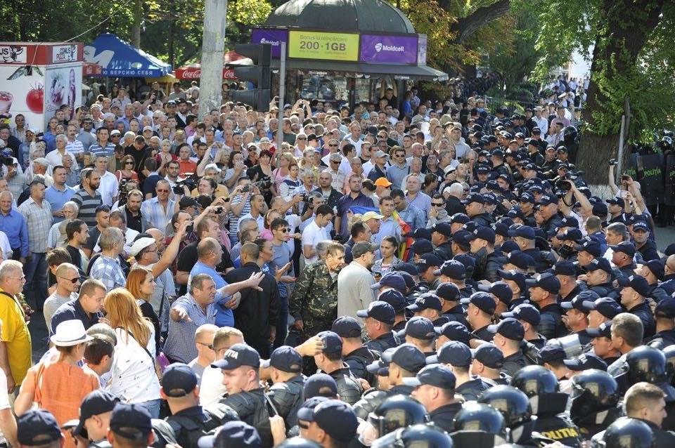 В Кишеневе полиция применила слезоточивый газ против протестующих