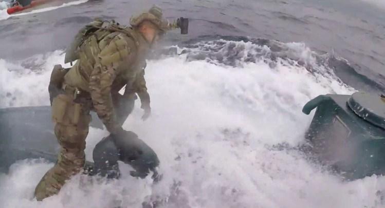 Береговая охрана США взяла на абордаж удирающую подлодку с 7 тоннами кок...