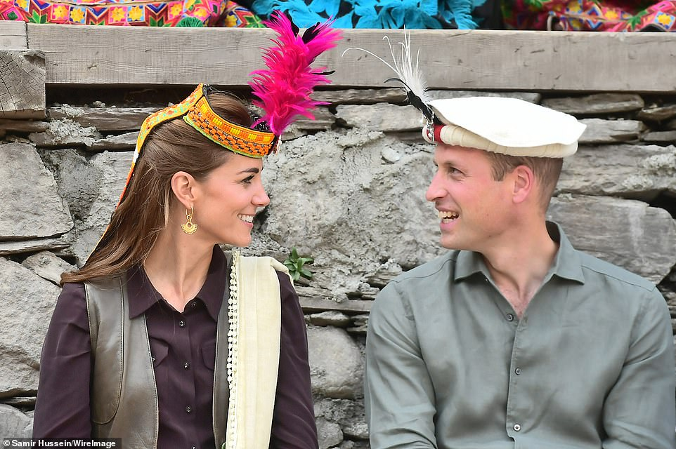 Гималайское турне: принц Уильям с женой съездили на ледник и к границе с...