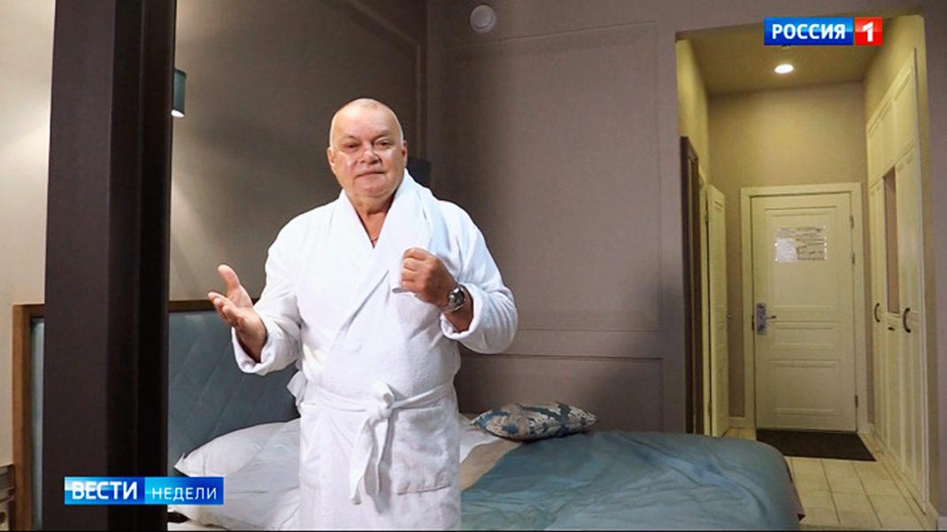Пропагандист Киселев снял в халате репортаж из номера Навального, где ег...