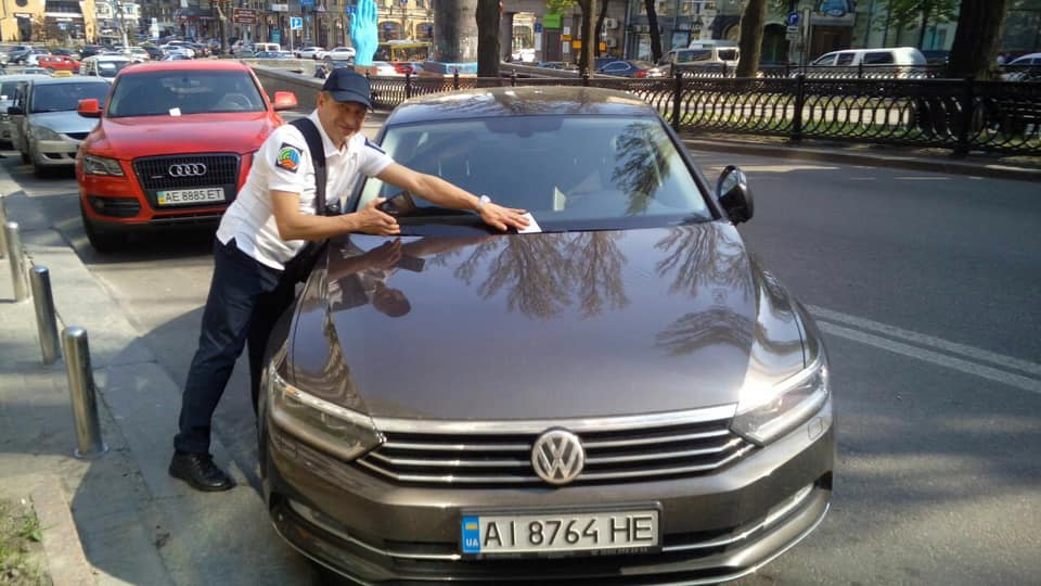 На улицы Киева вышли инспекторы по парковке