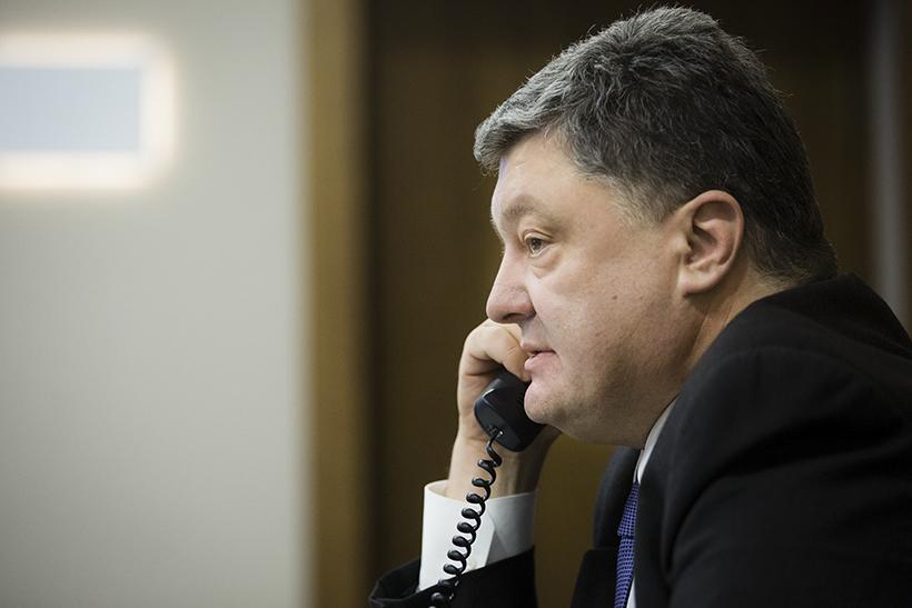 """Порошенко """"звонит"""" украинцам по телефону и просит поддержать его курс"""