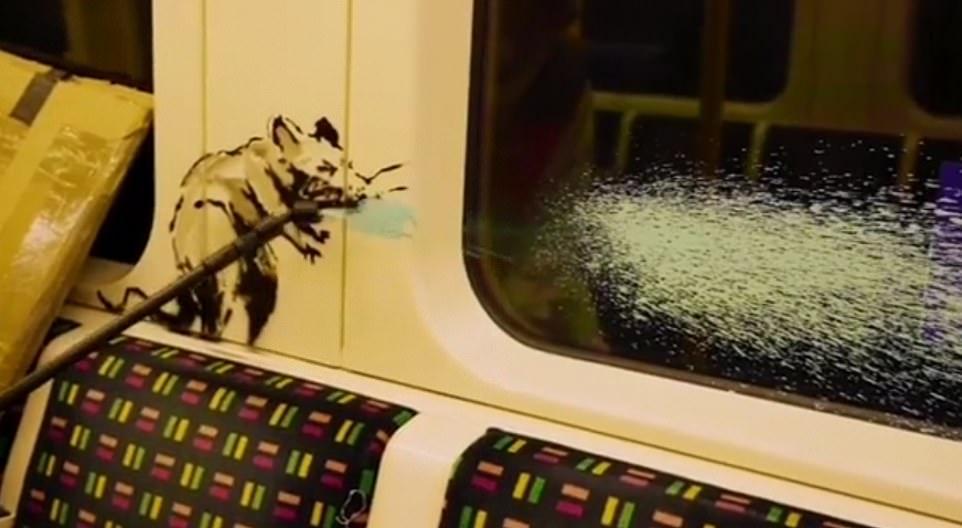 Запрещено правилами: Работники лондонского метро убрали граффити Бэнкси...