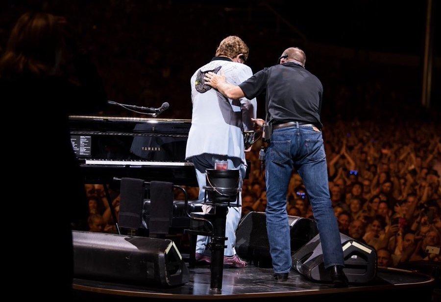 Элтон Джон вышел на сцену с пневмонией и потерял голос во время концерта