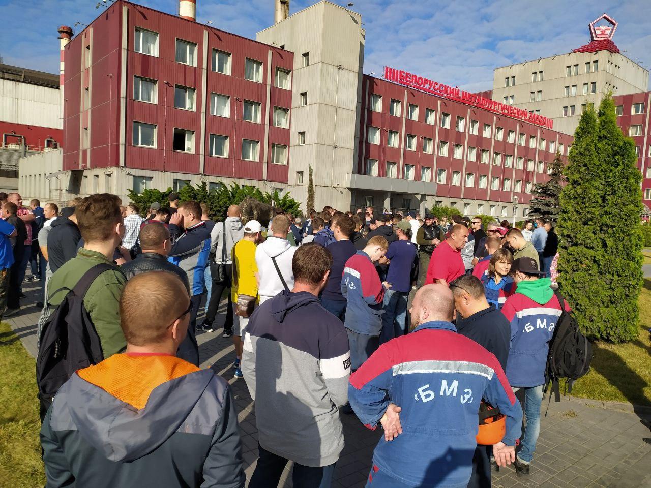 Утро начинается не с кофе. В Беларуси бастуют работники государственных...