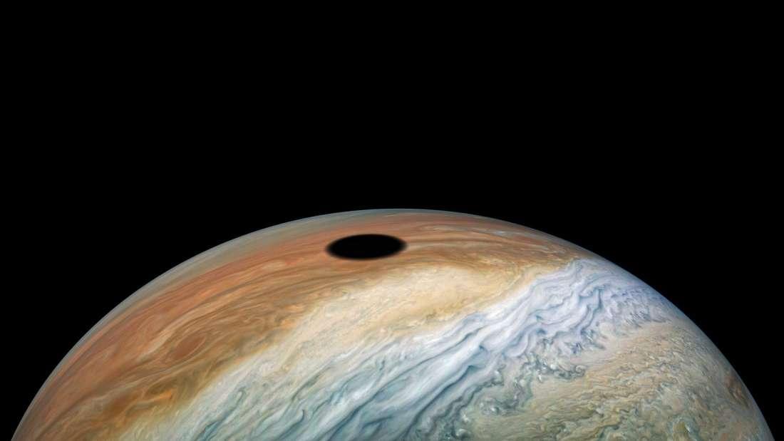 NASA показало солнечное затмение на Юпитере