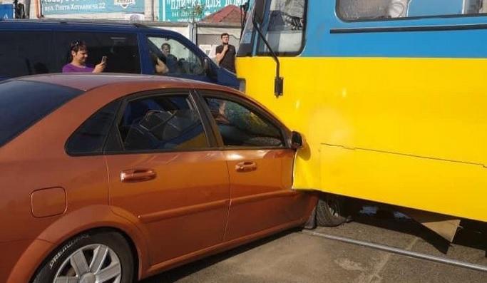 В Киеве трамвай переехал иномарку