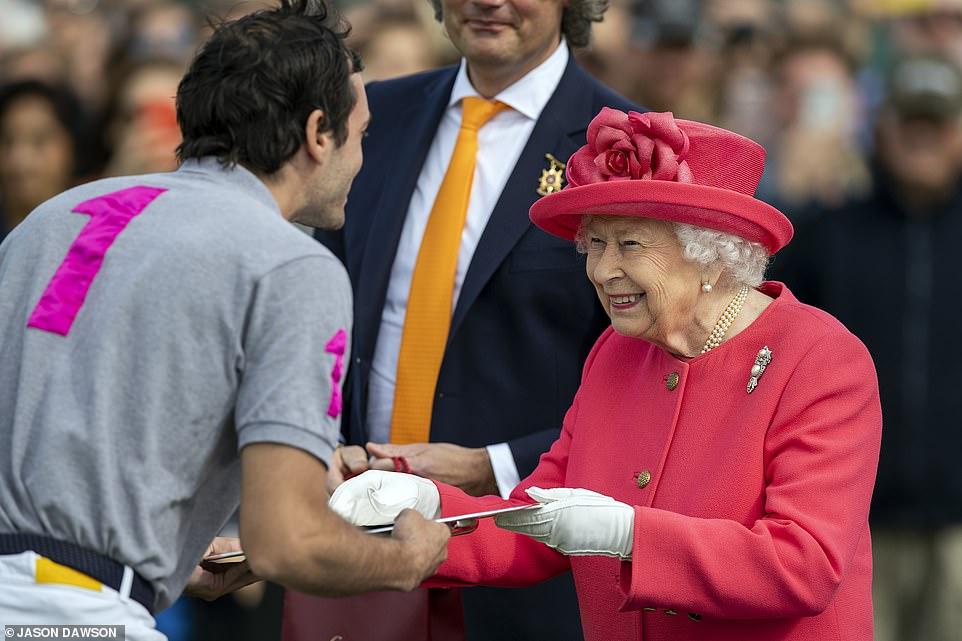 Борьба за кубок Королевы: Елизавета II посетила турнир по поло