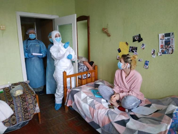 Глава МОЗ Скалецкая объяснила, зачем ей комбинезон для общения с эвакуир...