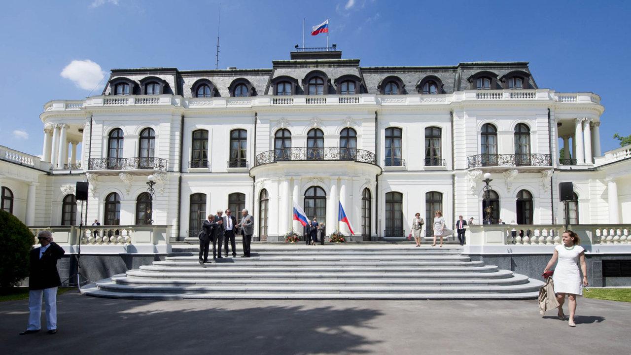 Чехия высылает двух дипломатов РФ из-за шпионского скандала