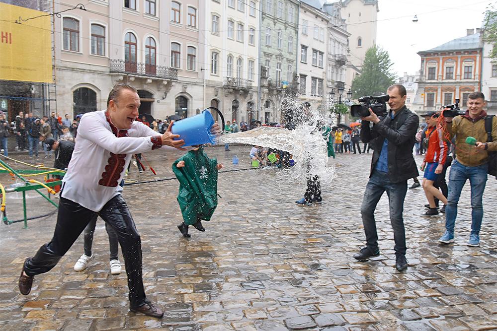 Андрей Садовый, местные выборы, мэр, Львов, обливает водой, фото