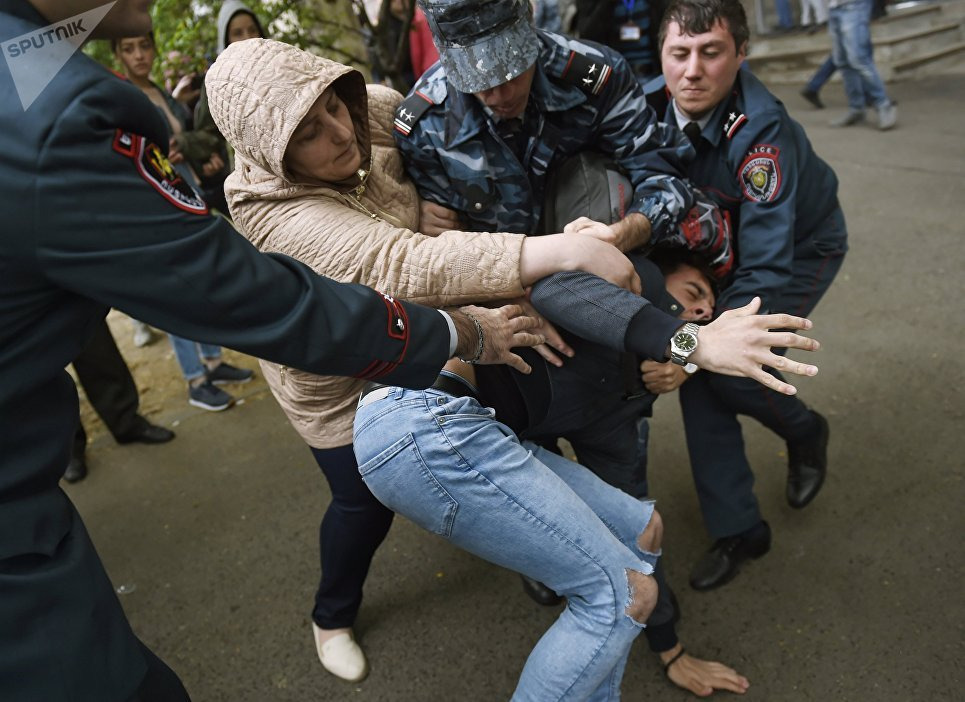 В Армении в результате разгона протестующих полицией задержаны 228 челов...