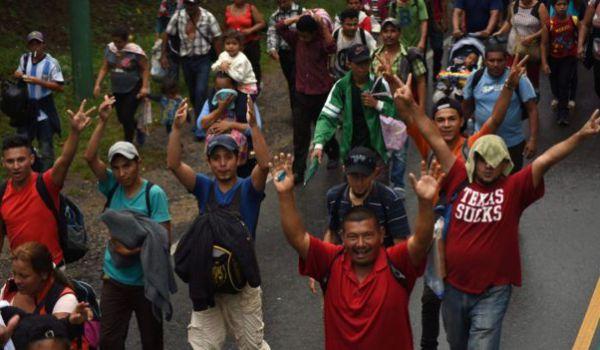 Более тысячи мигрантов подняли бунт и сбежали из центра задержания в Мек...