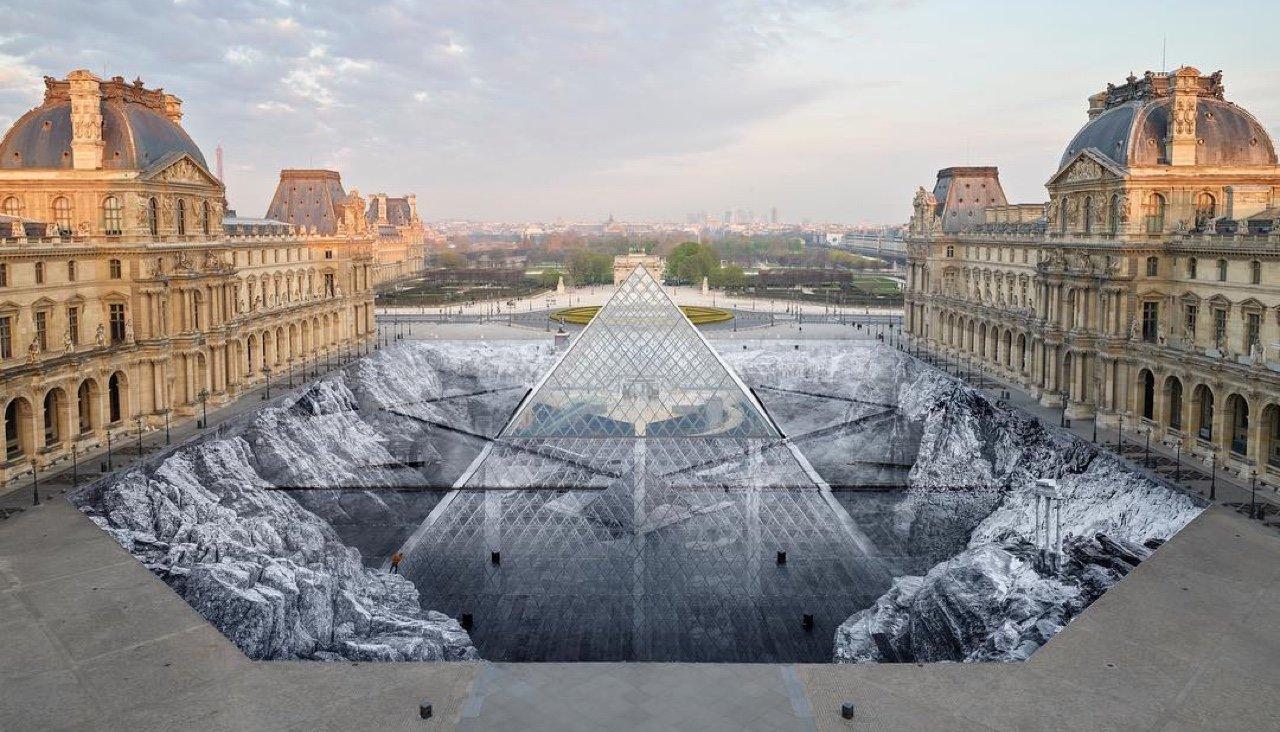 Лувр подняли с глубин и окружили скалами