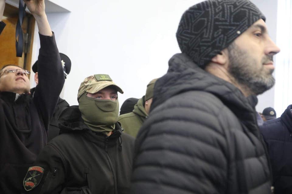 Протестующие выломали дверь и ворвались на сессию Львовского горсовета