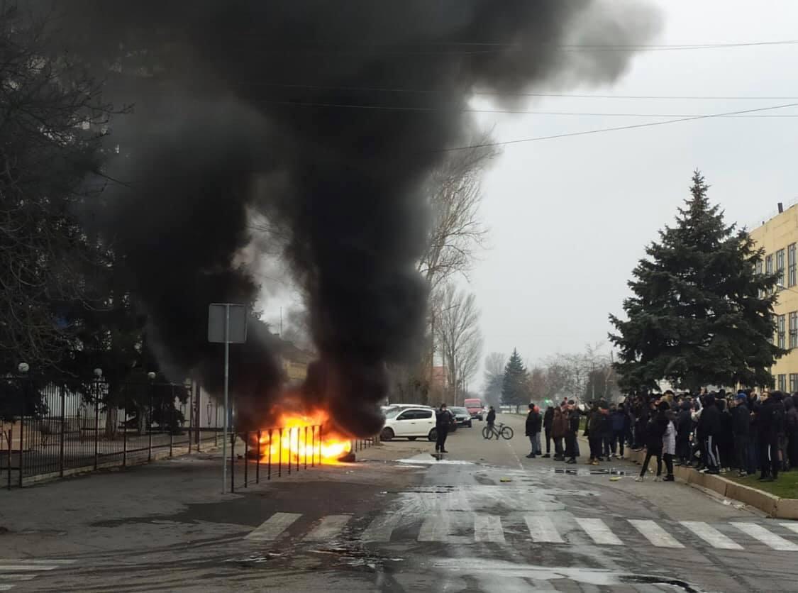 В Каховке 15-ю выстрелами убили мужчину. Местные вышли на протест, ГБР у...