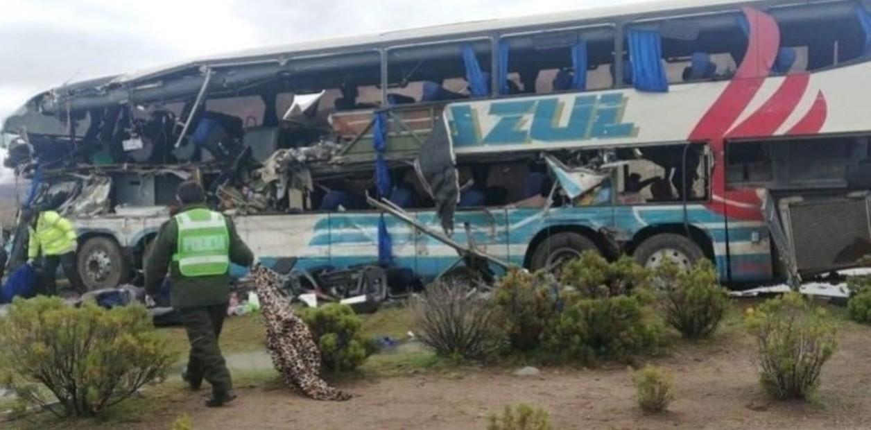 В Боливии в пропасть сорвался автобус: погибло 13 человек