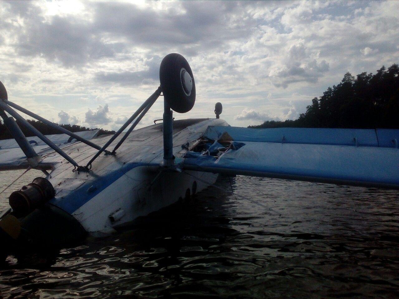 В Киеве самолет совершил аварийную посадку на озеро