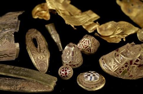 Британец нашел крупнейший в истории страны клад англо-саксонской эпохи