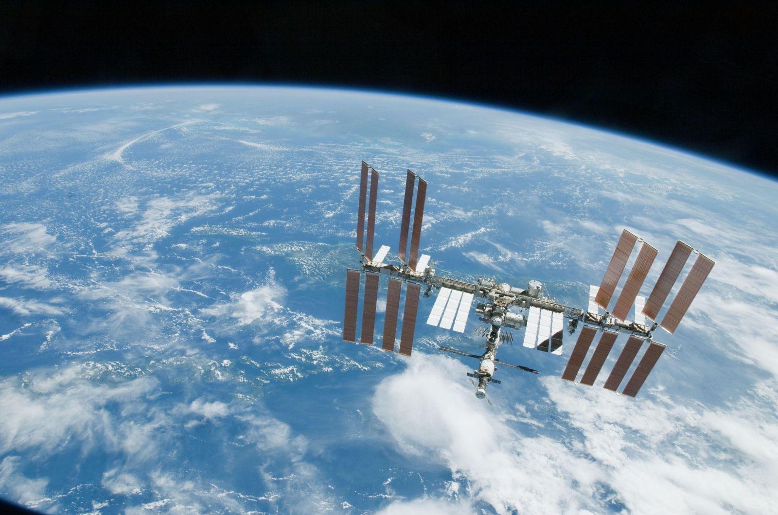 Конфетти и пена. Космонавты придумали забавный способ найти утечку на МК...