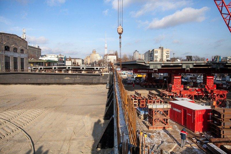 На строительстве Шулявского путепровода в Киеве установили последнюю сек...