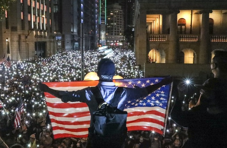 Ограничение автономии Гонконга: Трамп ввел санкции против Пекина, в Кита...