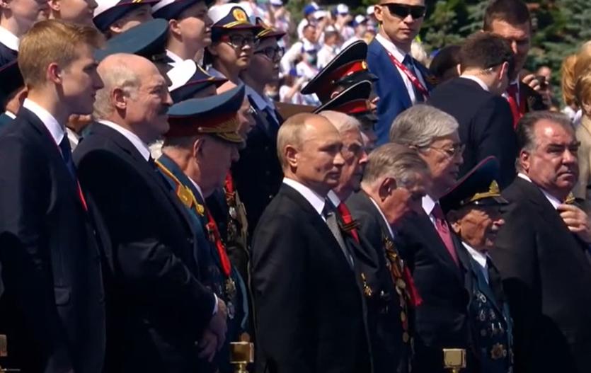 Парад победы в Москве: Лукашенко сторонился Путина, а трансляцию приукра...