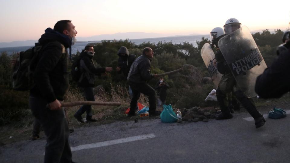 Дубинки и слезоточивый газ: греки протестуют против строительства лагере...