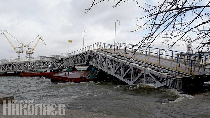 В Николаеве из-за шквального ветра рухнул пешеходный мост