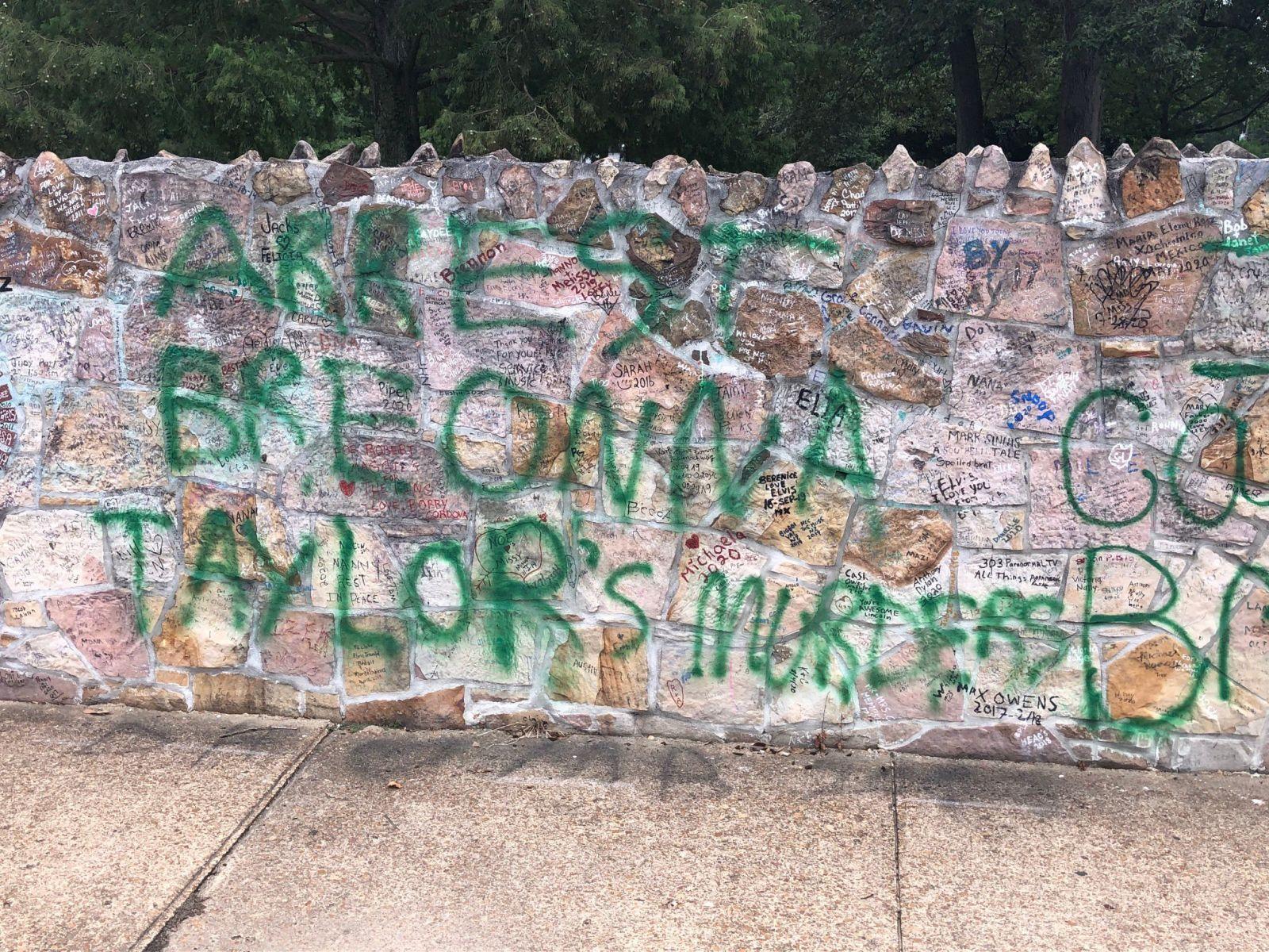 Дошли до Грейсленда. Активисты BLM расписали лозунгами легендарное помес...