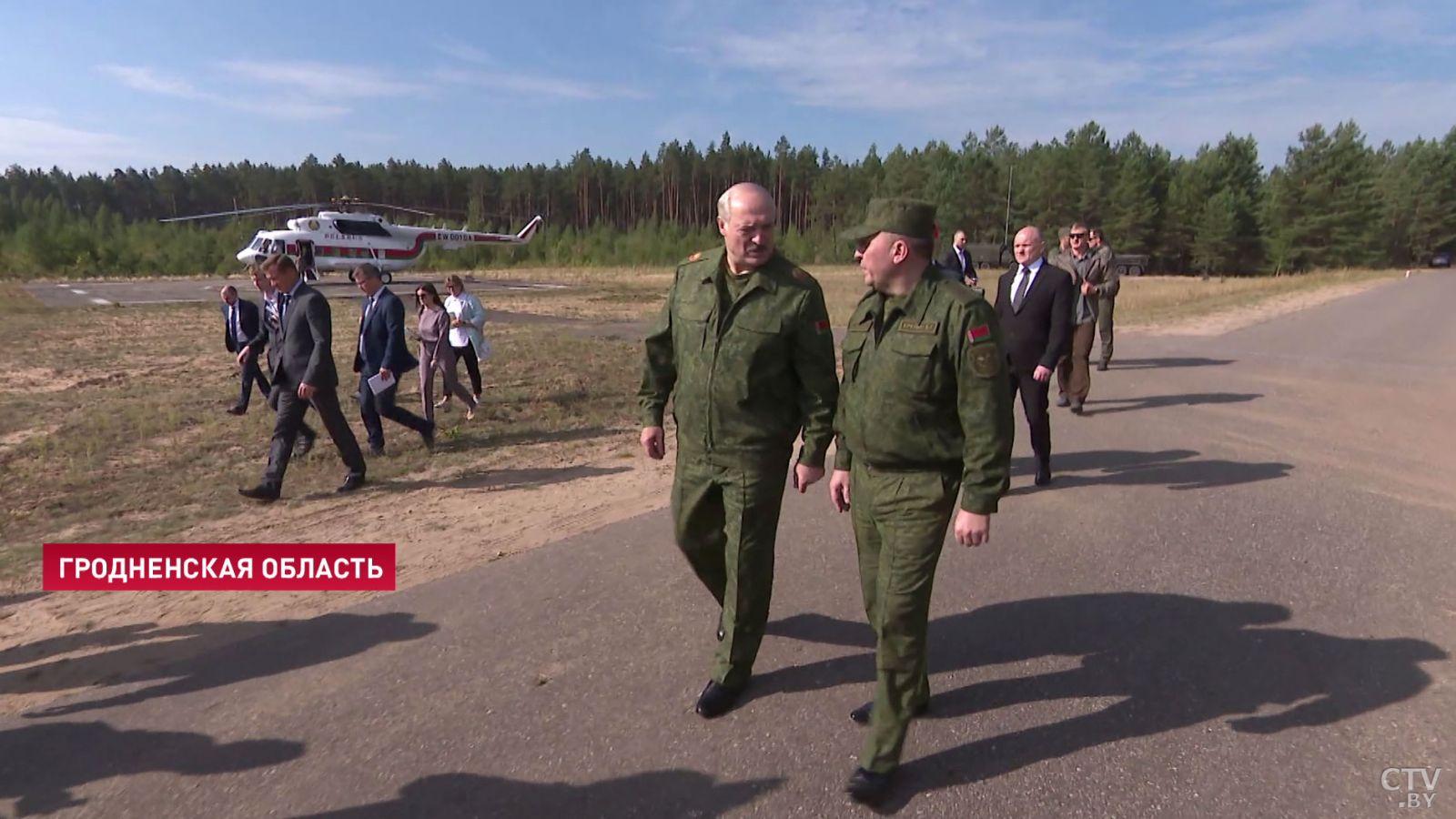 Лукашенко приказал военным без предупреждения отвечать на агрессивные де...