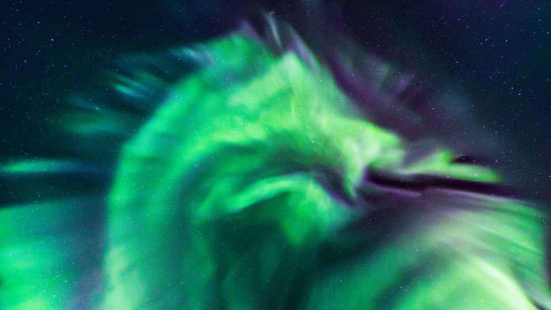 Огнедыщащий дракон над Исландией: потрясающее фото северного сияния