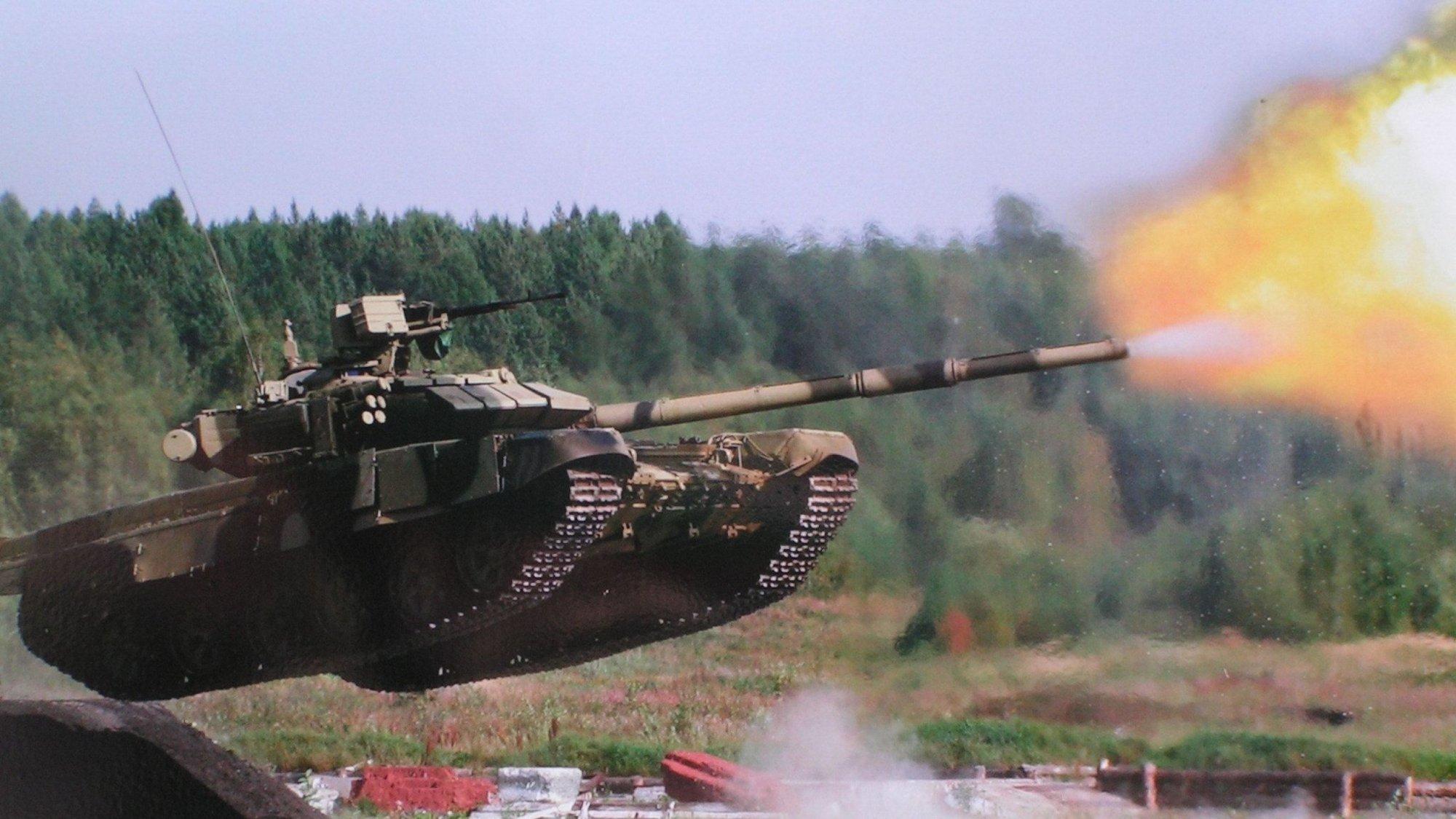 Россия отправила боевикам в Донбасс 8 танков и организовала танковый биа...