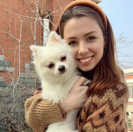 В посольстве объяснили, почему не эвакуировали украинку с собакой Мишель