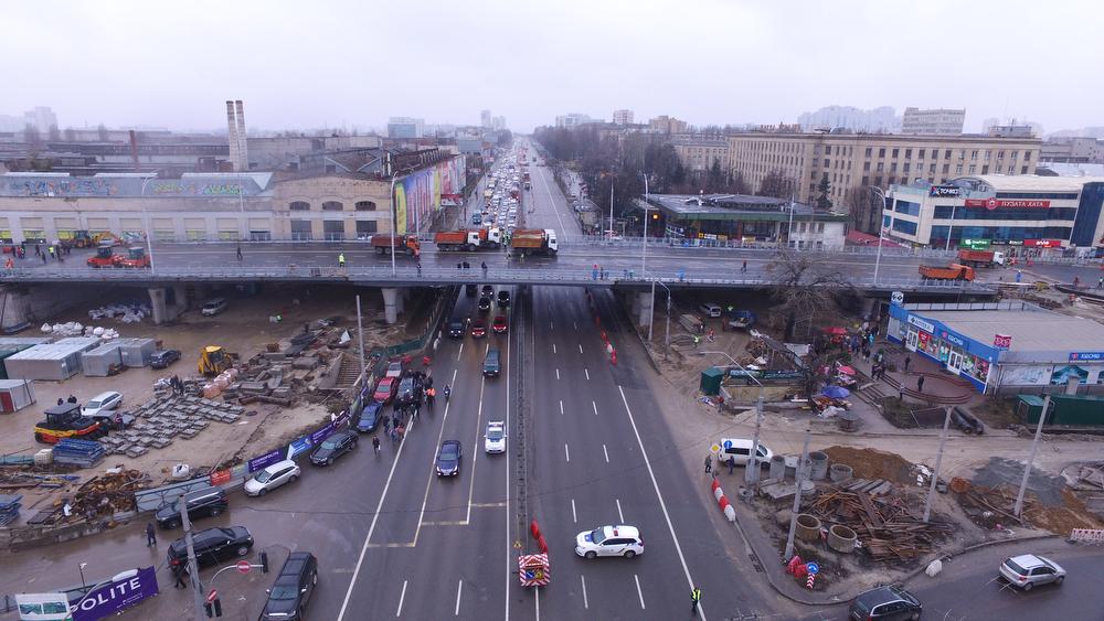 Шулявский путепровод испытали грузовиками. Под мостом стоял Кличко