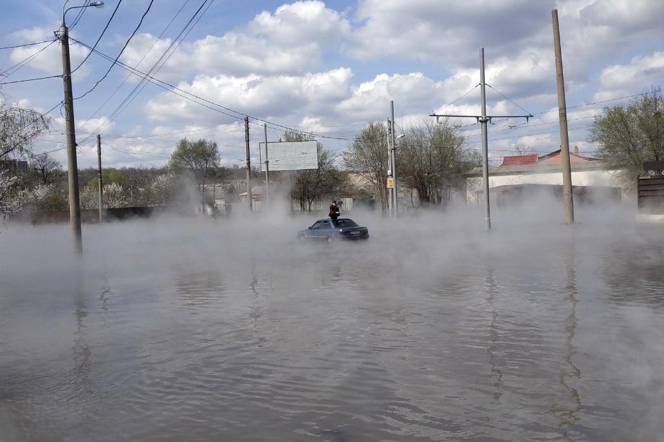 В Харькове спасатели помогли выбраться мужчинам из затопленного горячей...