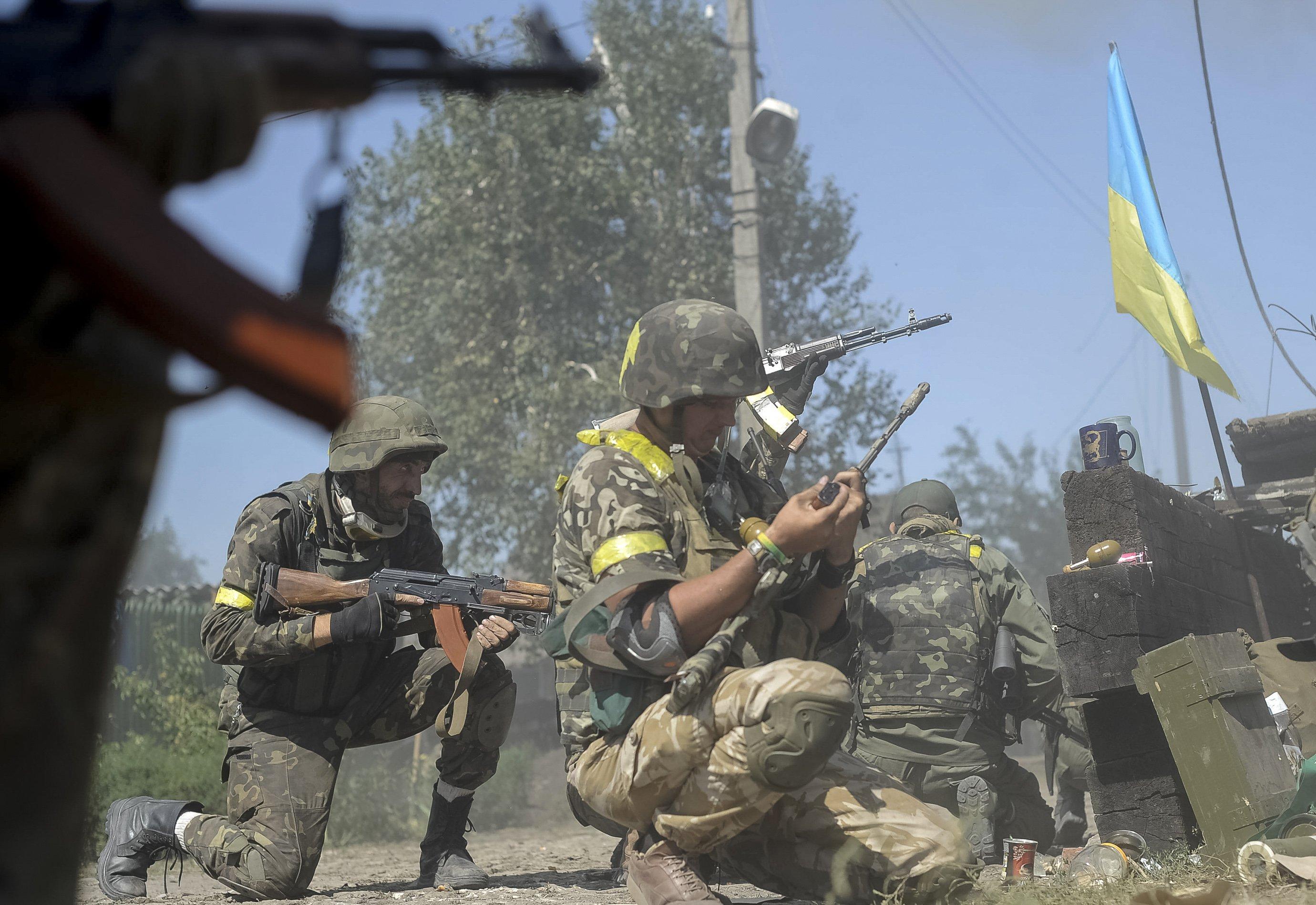 АТО: Враг бьет по украинским военным из тяжелой артиллерии и минометов
