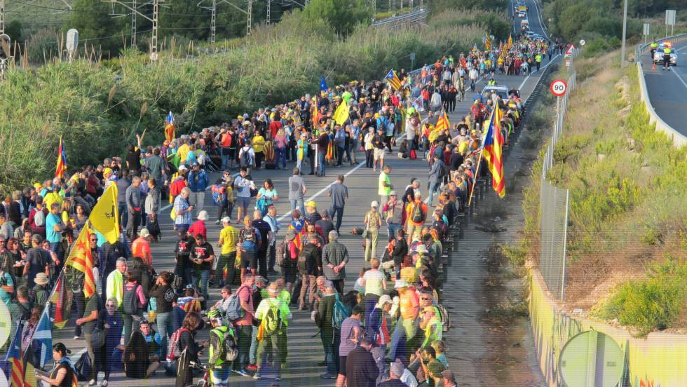 Тысячи протестующих из разных городов Каталонии направились на масштабны...