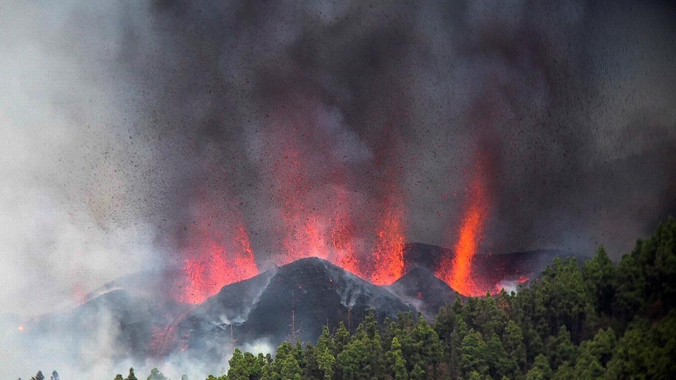 Извержение вулкана на Канарах: эвакуировано две тысячи человек (видео)