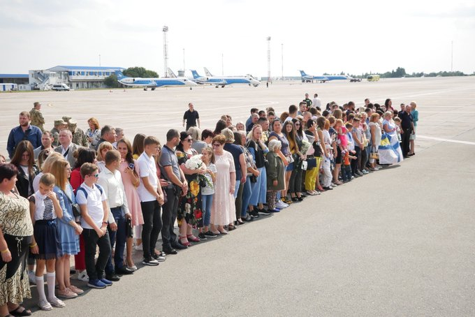 """Большой обмен: самолет с украинцами приземлился в """"Борисполе"""""""