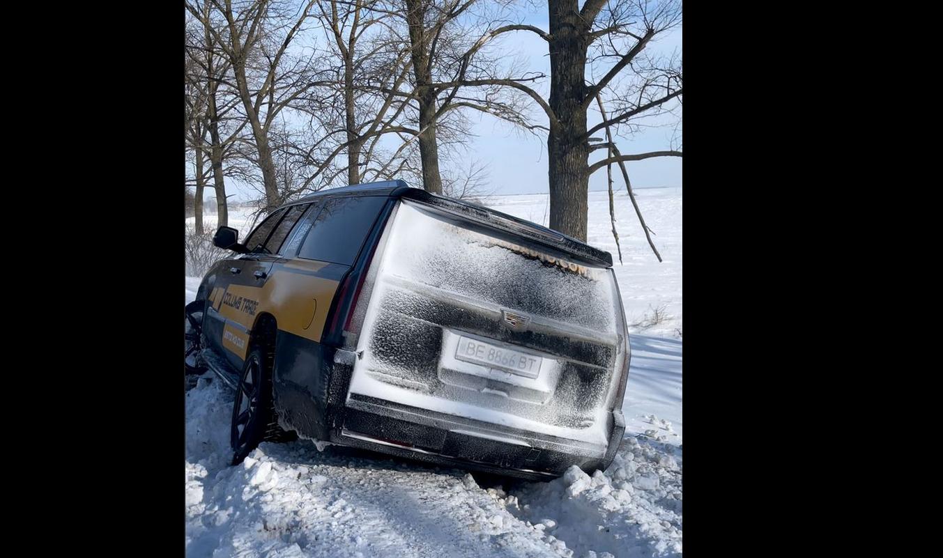 """""""Есть дела поважнее"""". В ГСЧС отказались вытаскивать машину из снежного заноса на трассе (видео)"""