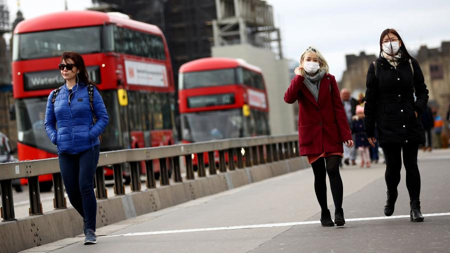 Больше шести не собираться: в Британии борются с коронавирусом
