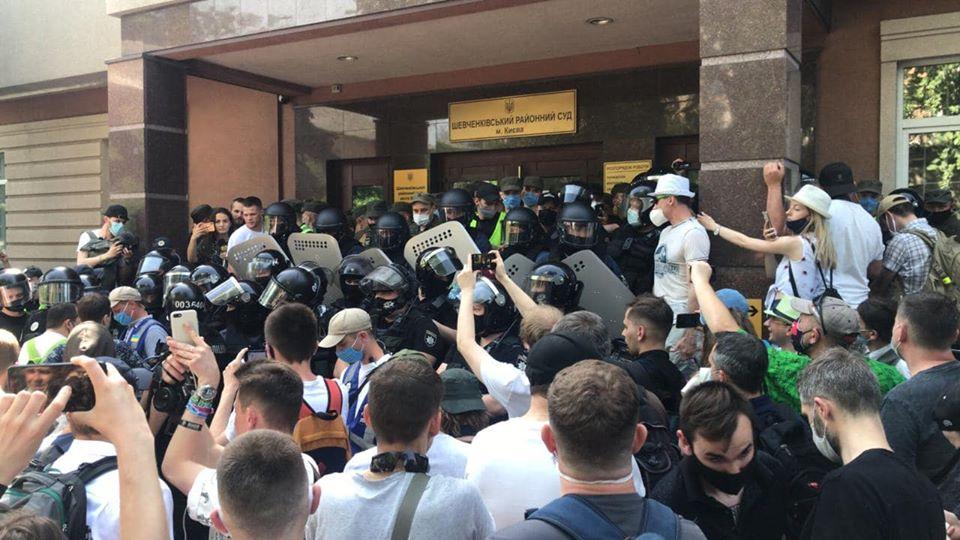 Фаера, стычки и депутаты. Суд избирает меру пресечения Стерненко