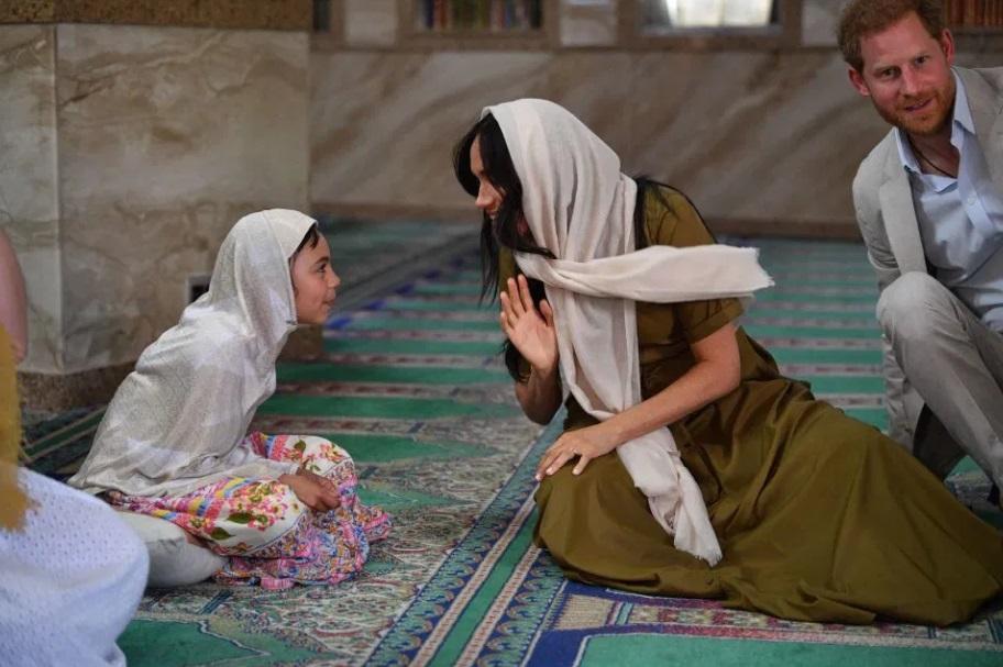 Меган Маркл и принц Гарри сходили в мечеть и покатались на военном катер...