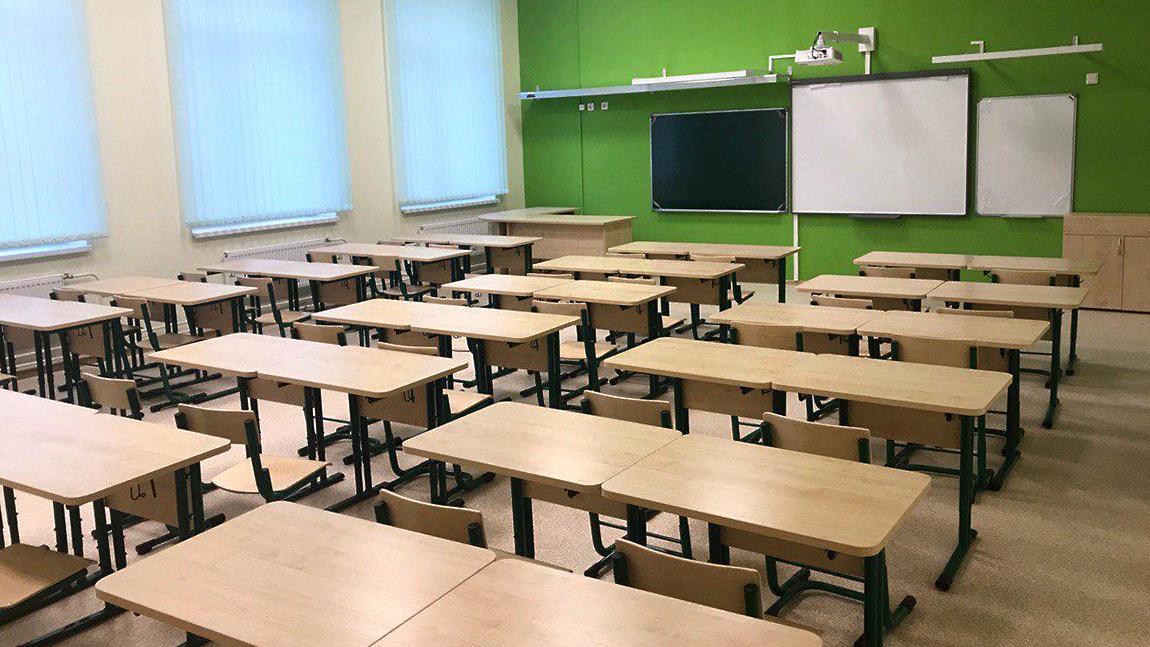 В случае обнаружения COVID-19 у кого-то из учеников – весь класс должен...