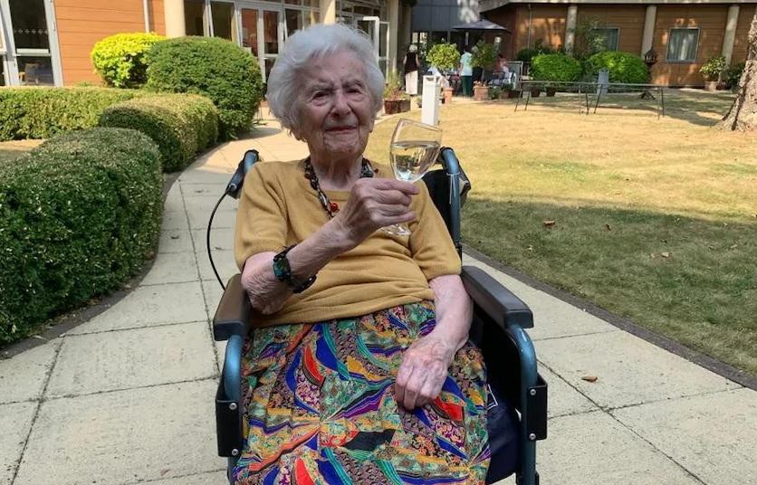 """107-летняя британка пережила две мировые войны и """"испанку"""", а теперь изл..."""