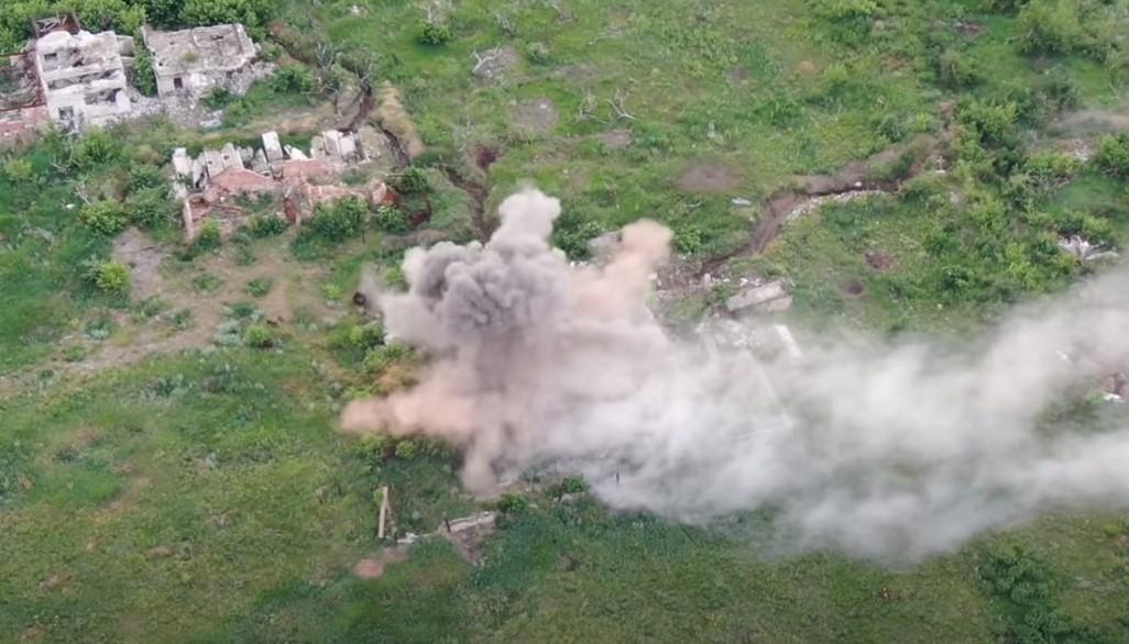 В 54-й ОМБр показали видео уничтожения позиции боевиков со складом боепр...