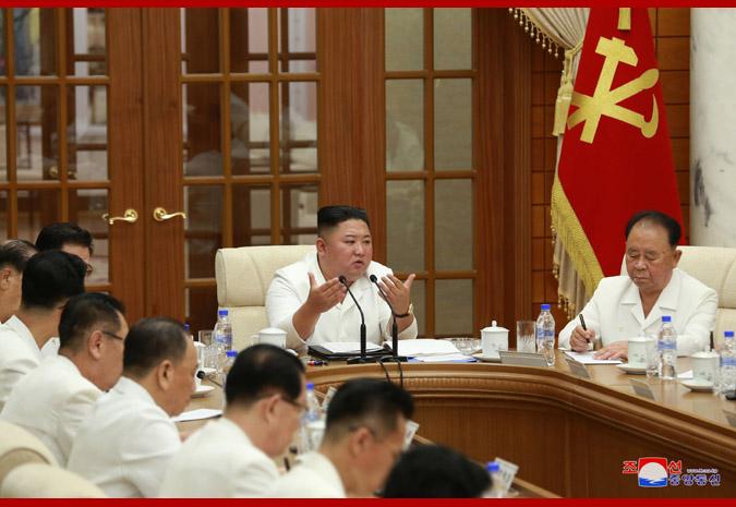 Еще хоронить рано: Ким Чен Ын во всем белом появился на съезде правящей...