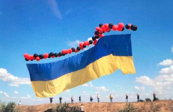 Волонтеры запустили 25-метровый украинский флаг в сторону Крыма