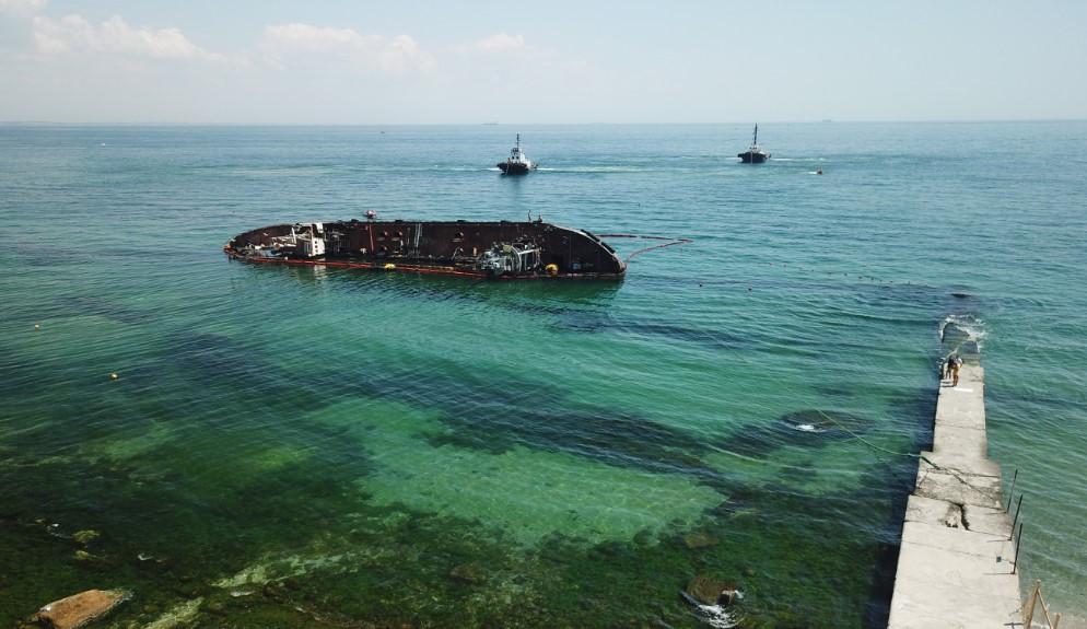 В Одессе начали поднимать затонувший в ноябре танкер Delfi. Первая попыт...